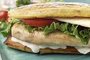 Sándwich de plátano con pollo y queso suizo