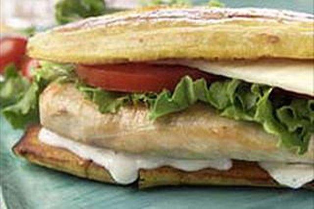 Sándwich de plátano con pollo y queso suizo Image 1