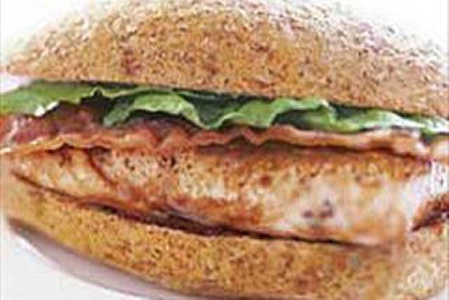 Sándwich de salmón a la parrilla y tocino Image 1