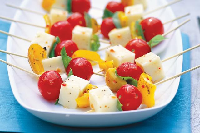 Brochetas de queso, albahaca y pimientos Image 1