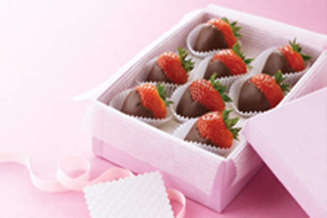 Chocolate-Dipped Strawberries Image 1