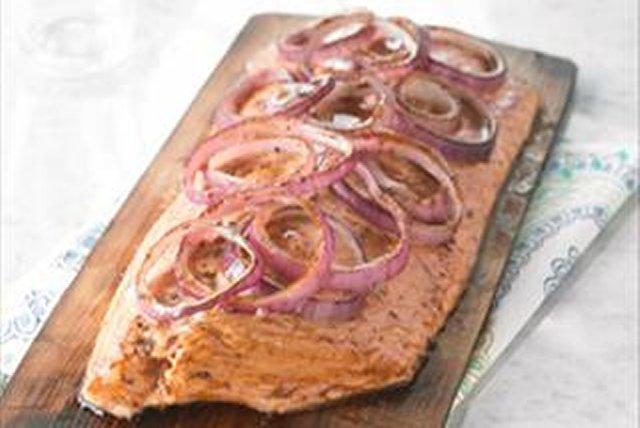 Saumon glacé à l'érable sur une planche de cèdre Image 1