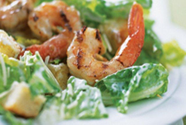 Salade César crémeuse aux crevettes grillées Image 1