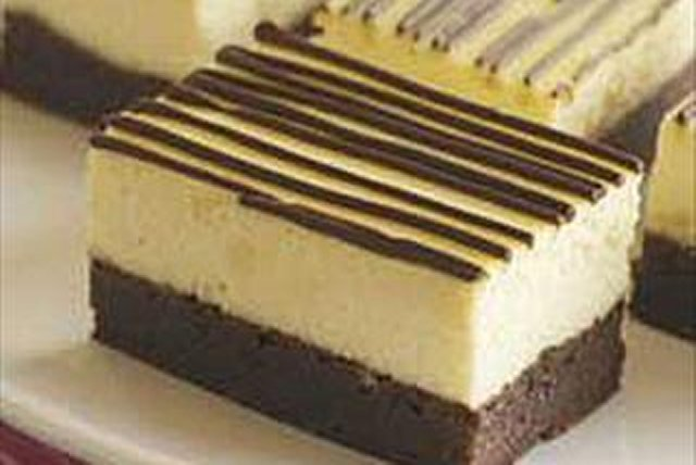 Barritas de cheesecake con bizcocho de chocolate (brownie)