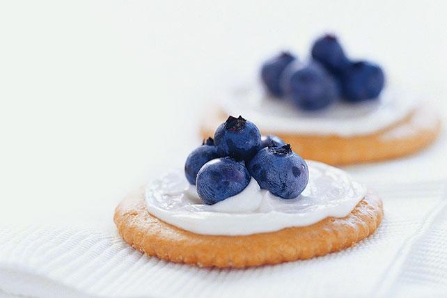 Bocadillos de galletas saladas y moras azules Image 1