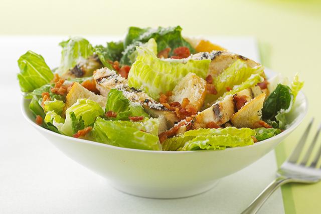 Ensalada César con pollo asado buena para la salud Image 1