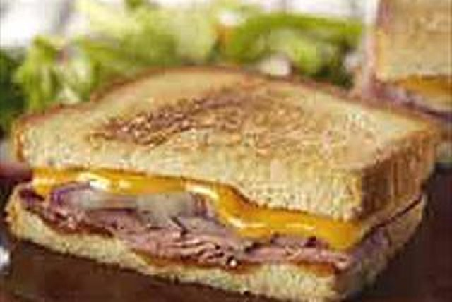 Sándwich horneado estilo deli con carne de res asada Image 1