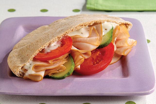 Fácil sándwich de pavo en pan pita Image 1