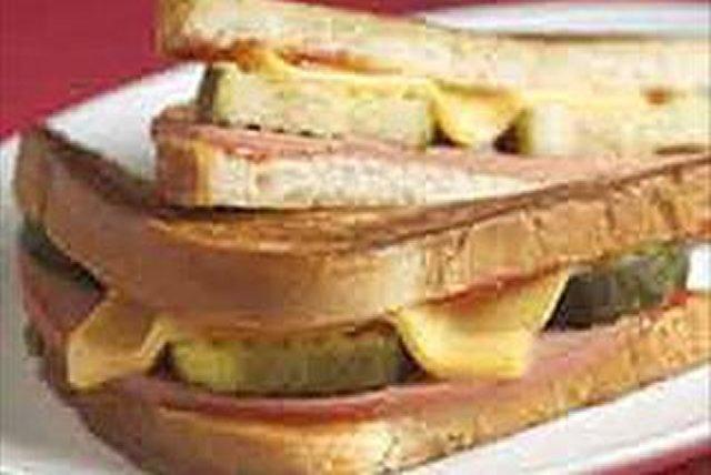 """Sándwich horneado estilo """"deli"""" con bologna Image 1"""