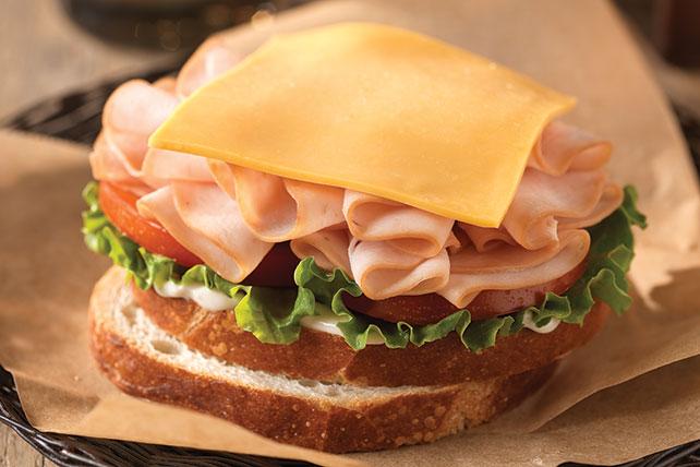 Clásico sándwich de queso con pavo Image 1