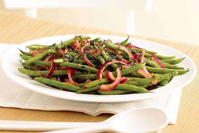 Haricots verts frais et basilic Image 1