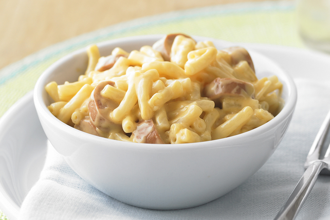 Poêlée de macaroni et fromage KRAFT DINNER avec saucisses fumées Image 1