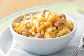 Sartén de macarrones con queso y salchichas