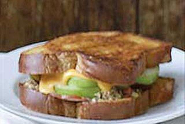 Sándwich caliente de jamón con queso estilo bistró Image 1