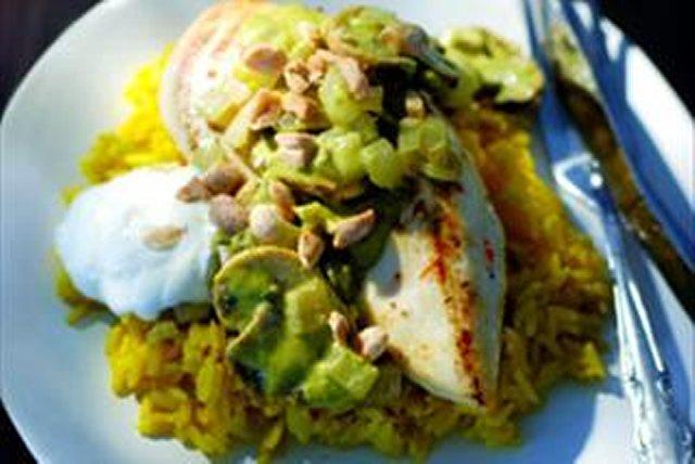 Pollo en salsa de cilantro y cacahuates Image 1