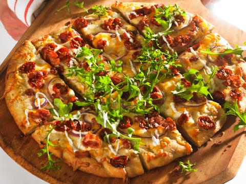 Pains plats piquants avec bacon, laitue et tomates