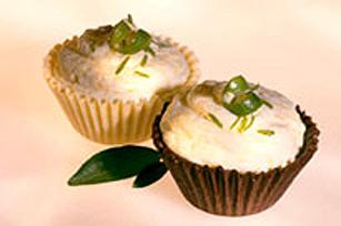 Mousse à la mangue et à la lime dans des coupes au chocolat