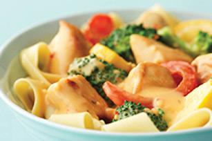 Poulet et légumes en sauce fromage sur un lit de nouilles