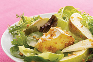 Salade de poires et de camembert en croûte de noix