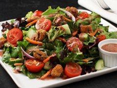 Salade jardinière avec aubergines panées et vinaigrette balsamique aux canneberges