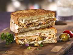 Sandwich au fromage grillé et au poulet à la marocaine