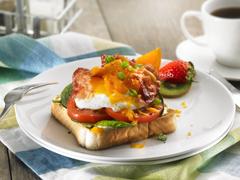 Sandwich BLT aux œufs avec cheddar fondant
