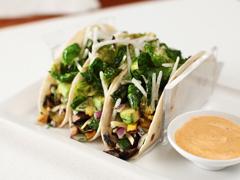Tacos aux choux de Bruxelles rôtis et aux légumes grillés